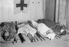 Elementos de la Cruz Roja junto a cadáveres