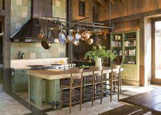 une cuisine rustique et élégante avec une vaisselle suspendue et un îlot en bois