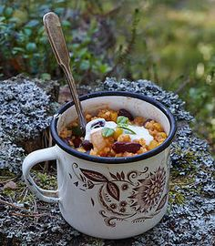 This hearty bulgur chili is all what you need to get your energy back after a long hiking day. Dehydrated Backpacking Meals, Backpacking Food, Camping Meals, Camping Hacks, Camping Cooking, Ultralight Backpacking, Camping Guide, Camping Trailers, Oven Cooking