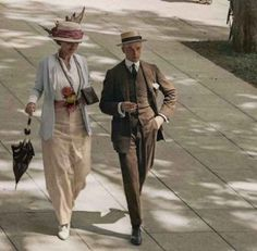 Vintage A rare autochrome, or coloured photograph, most likely dating from the long, hot summer of - Lavishly illustrated and concise history of women's fashion 1900 to dress and styles from the Edwardian era of the to Belle Epoque, Edwardian Era, Edwardian Fashion, Vintage Fashion, Victorian Ladies, Retro Mode, Vintage Mode, Albert Kahn, Colorized Photos