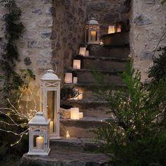 Iluminando os passos… Na entrada da casa, no jardim, na varanda… lanternas e saquinhos de papel com velas…