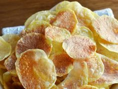 These SUPER EASY to make microwave crisps are perfect for an aperitif! - These SUPER EASY to make microwave crisps are perfect for an aperitif! Easy Meals For Kids, Healthy Snacks For Kids, Easy Snacks, Yummy Snacks, Easy Healthy Recipes, Snacks Kids, Healthy Eating, Microwave Chips, Microwave Recipes