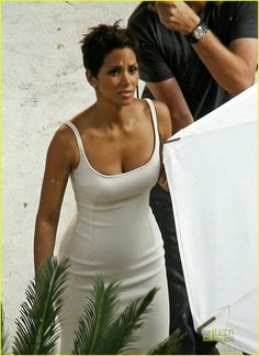 Halle Berry is Revlon Radiant: Photo Don't lie about your age. Halle Berry stays dry thanks to a human umbrella holder at the pool area of a hotel in Los Angeles on Wednesday (June Halle Berry Style, Halle Berry Hot, Halle Berry Short Hair, Hale Berry, Simplicity Fashion, Divas, Actrices Hollywood, Beautiful Black Women, Woman Crush