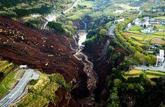 土砂崩れで阿蘇大橋(中央部分)が崩落していた=16日午前6時3分、熊本県南阿蘇村 - Yahoo!ニュース(朝日新聞デジタル)