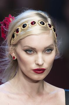 Dolce & Gabbana at Milan Fashion Week Spring 2018 - Details Runway Photos Bangs With Medium Hair, Medium Hair Styles, Dolce & Gabbana, Headband Hairstyles, Hairstyles With Bangs, Jeweled Headband, Hair Jewels, Diy Hair Accessories, Cara Delevingne