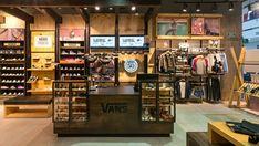 Tienda de VANS en la ciudad de bogotá - Centro comercial CentroMayor - KdF Arquitectura - Retail - Punto de Pago - local comercial Commercial Interior Design, Commercial Interiors, Vans Store, Motorcycle Shop, Surf, Retail Design, Pet Shop, Store Design, Layout