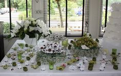 table with wedding cake and chocolates decorated as flowers (Brazilian tradition)
