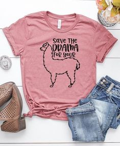 T-shirt outfits! Because it is really easy to combine t-shirts with basic clothes. Shirt Design For Girls, Shirts For Girls, Cute Tshirts, Funny Shirts, Vinyl Shirts, Tee Shirts, Llama Shirt, Cute Outfits For School, Textiles