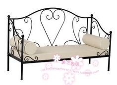 Bello sofá de hierro con colchón y almohadas blancas