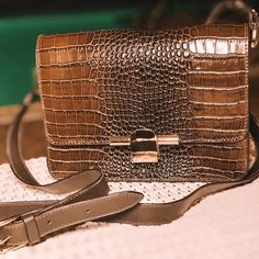 7f8939ffe Bolso modelo Millie em couro com estampa croco #cavage #cavageonline  #feitoamao #moda
