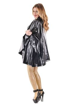 Mit schwarzem Regencape und wasserfesten Strümpfen
