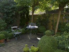 Love the boxwood topiaries  By Sytske72