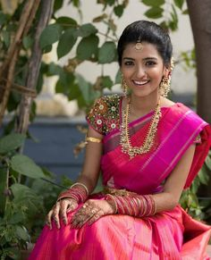 bridal sets & bridesmaid jewelry sets – a complete bridal look Indian Bridal Sarees, Indian Beauty Saree, Bridal Looks, Bridal Style, Indiana, South Indian Bride, Kerala Bride, Hindu Bride, Before Wedding