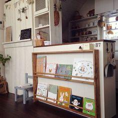 女性で、4LDKの絵本収納/BRIWAXジャコビアン/DIYキッズチェア/板壁 DIY/DIY 本棚…などについてのインテリア実例を紹介。「この前作った絵本棚に丸棒でつっかえ棒をしました(*´꒳`*)やっと完成です〜♪」(この写真は 2014-04-01 17:09:49 に共有されました)
