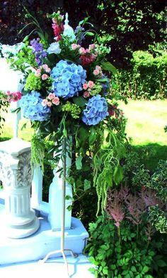 Garden Altar Pedestal Arrangements by Gardenias Floral Home Altar, Gardenias, Church Flowers, Home Living Room, Garden Furniture, Pedestal, Wedding Decorations, Floral Designs, Plants
