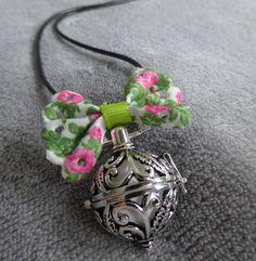 Bola de grossesse avec motif de feuilles et d arabesques, avec un noeud vert et rose à fleurs, contenant une bille blanche : Maman par bola-de-grossesse