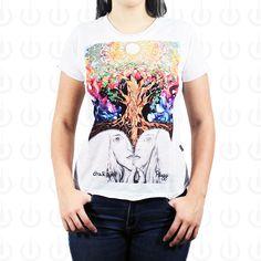 Camiseta Plugging Inside feminina sublimada em tecido 100% poliéster, com corte diferenciado na gola e nas barras. O design da estampa teve inspiração na psicodelia da música eletrônica em harmonia com a natureza.