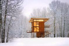 Wie ein grosser, eleganter Jäger-Hochsitz ragt das Holzhaus des amerikanischen Architekturbüros Olson Kundig aus der Landschaft heraus.