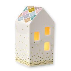 <p>Photophore maison en porcelaine blanche en forme de maison avec 3 fenêtres carrées , touche de couleurs , design Mini labo pour Atomic Soda. Une forme de photophore original pour compléter une collection et à poser sur le bord de votre fenêtre ou cheminée. On aime son côté décoratif et très cadeau !</p> <p><em>réassort prévu courant mars 2016 !</em></p> <p><em><br /></em></p> <p><em><br /></em></p>