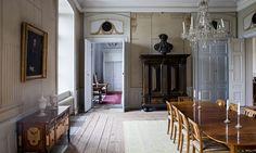 heby slott gods | matsalen tronar ett barockskåp. Bordet och mahogny- stolarna i ...