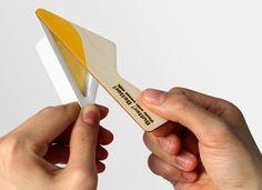Le packaging de ce produit en libre-service est tout à fait atypique. Ce produit a un emballage triangulaire primaire en plastique qui permet la conservation du beurre.  Il a en plus la caractéristique de posséder un couteau en guise de système de fermeture.  Par son originalité,  il répond aux nouveaux modes de consommations comme le fait de pouvoir l'emmener n'importe ou. Par sa forme et son système de fermeture, le produit est tout de suite identifiable.