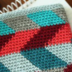 Hmmm. Looks like all single crochet. Clever color changes. Beautiful work. >>Opskrift på iPad-sleeve from Yarnfreak.