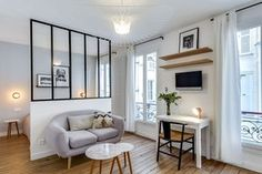 Appartement Paris Marais : un 25 multifonction A 25 multifunction in the Marais very pretty Tiny Apartments, Paris Apartments, Tiny Spaces, Small Rooms, Studio Apartment Decorating, Apartment Design, Deco Studio, Studio Living, Studio Apartment Living