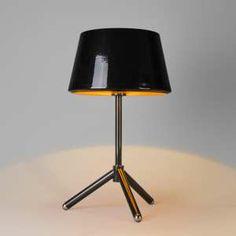 Lámpara de mesa VEGAS negro y oro - Lámpara de diseño espectacular, dispone de una base tipo trípode. El cuerpo de la lámpara está hecho de metal lacado en negro brillante y la cubierta está pintada de color oro, por la parte interior, así consigue crear una luz muy cálida y acogedora.
