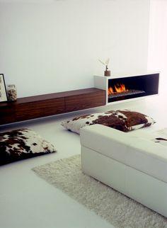 minimal fireplace. Liian valkoinen ja lehmätyynyt yrityksenä tuoda väriä ja sitoa kokonaisuutta