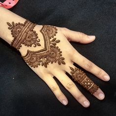Mehndi henna designs are always searchable by Pakistani women and girls. Women, girls and also kids apply henna on their hands, feet and also on neck to look more gorgeous and traditional. Mehndi Designs For Beginners, Mehndi Designs For Girls, Unique Mehndi Designs, Mehndi Designs For Fingers, Beautiful Mehndi Design, Arabic Mehndi Designs, Henna Tattoo Designs, Mehandi Designs, Arte Mehndi