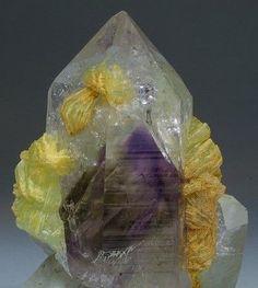 Кристалл кварца с аметистовым фантомом и пренитом