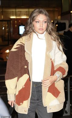 Gigi Hadid glows as she heads to another Victoria's Secret fitting She's glowing: The girlfriend of pop star Zayn Malik had her tresses in a wavy hairstyle… … Gigi Hadid E Zayn, Looks Gigi Hadid, Estilo Gigi Hadid, Bella Gigi Hadid, Gigi Hadid Outfits, Gigi Hadid Style, Celebrity Outfits, Celebrity Style, Couture Fashion