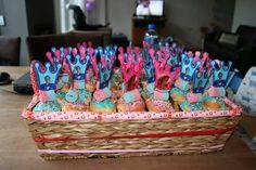 "Mega Mindy en Mega Toby op een ""ijs"" cakeje Party Themes, Cake, Birthday, Desserts, Food, Tailgate Desserts, Birthdays, Deserts, Kuchen"