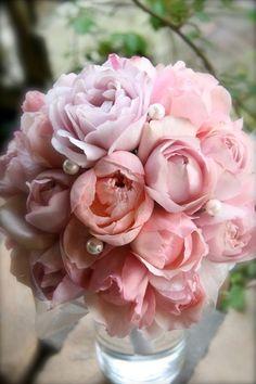八重咲きのバラを集めた、上品なスウィートブーケ    ピンクだけで甘いグラデーションを作り、隙間にパールと太めのサテンリボンで上品さをプラス。八重咲きのバラが、開く加減で優しく隙間を埋めています。スウィートに、でも、上品に。花嫁の優しい笑顔にぴったりの、フェミニンなブーケです。