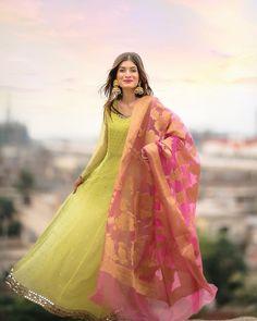 Fashion Tips 101 Drop down shair! Bohut dil hai ahl-e-zauk ki baaten sunne ka.Fashion Tips 101 Drop down shair! Bohut dil hai ahl-e-zauk ki baaten sunne ka. Pakistani Fancy Dresses, Pakistani Fashion Party Wear, Pakistani Wedding Outfits, Pakistani Dress Design, Indian Dresses, Indian Outfits, Pakistani Clothing, Pakistani Bridal, Indian Clothes