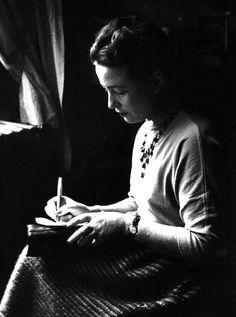 Simone de Beauvoir, c1948. Escribir...pero por supuesto!!  no dudes que lo haré ,!!♥ en un pequeño espacio que tenga estos días , ♥