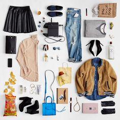 Este flat lay pela estilista Kira Corbin mostra a profunda conexão entre blogs de moda e lifestyle, combinando roupas, acessórios, beleza, alimentos e livros em uma estética singular