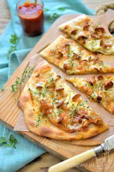 Czosnkowy podpłomyk z kurkami i serem camembert  Składniki : 400g mąki pszennej, 4 łyżki oliwy, 1 szklanka ciepłej wody, s...