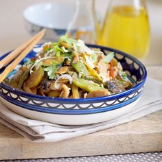 Delicious Thai peanut noodles with chicken and vegetables. (Scroll down for English)