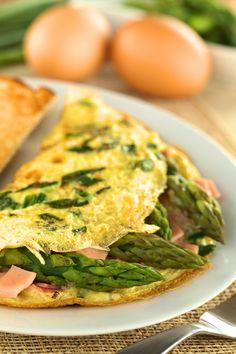 Omlet z szynką. Składniki: 5-6 szparagów, 4 plasterki szynki parzonej, masło, 3 jajka, garść młodego szpinaku, sól, pieprz. Wykonanie: szparagi umyć, odciąć końcówki i gotować w osolonej wodzie ze szczyptą cukru ok. 8 min. Szynkę pokroić w kostkę, podsmażyć na łyżce masła, dodać szparagi. Do miseczki wybić jajka, doprawić i roztrzepać trzepaczką. Dodać posiekany szpinak, wymieszać i usmażyć. Na omleta wyłożyć szparagi z szynką, polać Sosem serowym Tarsmak i zwinąć.