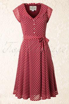 Deze50s Violet Polka Dot Dress in Redvan Collectif is een classy en super flatterend jurkje met polkadot print in vintage jaren 50-stijl.  Het lijfje zit mooi aansluitend en heeft eenelegante diepe V-hals met speelse ruches, korte kapmouwtjes en elegante witte parel knoopjes.Uitgevoerd in een soepele semi transparante rode chiffon met speelse witte polkadotjes en volledig gevoerd zodat hij niet doorschijnt. De taille wordt geaccentueerd door een losse strikband ...