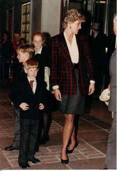 PRINCESS DIANA , WILLIAM et HARRY Au THE INTERNATIONAL HORSE SHOW, OLYMPIA _ Decembre 1990