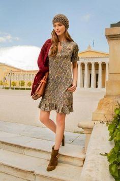 Платье приталенного силуэта с воланами