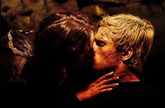 The Hunger Games movie still katniss and peeta Divergent Hunger Games, Hunger Games Movies, Hunger Games Fandom, Fake Wounds, Mocking Jay, Katniss And Peeta, Cute Actors, Catching Fire, Best Couple