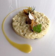 The Risotto with olive oil and clams with thyme and lemon is a recipe by Antonino Cannavacciuolo, perfect for Carnaroli rice from Riserva San Massimo. Rice Recipes, Pasta Recipes, Gourmet Recipes, Emplatado Ideas, Chefs, Food Design, Food Presentation, Food Plating, Paella
