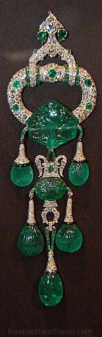 My Style… Cartier London, Pendant Brooch, 1923 a;tered Cartier New York Cartier Jewelry, Emerald Jewelry, Antique Jewelry, Vintage Jewelry, Jewellery, Art Deco Jewelry, Fine Jewelry, Bijoux Art Nouveau, Crown Jewels