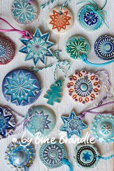 """DIY Idee: Keramik-Anhänger selbst getöpfert. Mehr Töpferideen und Inspiration findest du auf der DVD """"Lust auf Keramik"""" von Bine Brändle."""