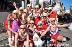 """Disparatada carrera de camas """"Cursa de Llits disfressats"""" en Sitges Carnaval 2013"""