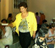 El Platanal. Muy activa, doña Lucha Martínez, la anfitriona, la casera. durante su convivio familiar