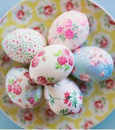 Feeling a bit underwhelmed by your usual Easter craft routine? Put away the dye, raid your paper stash, and then make pretty decoupage easter eggs instead! Plastic Easter Eggs, Easter Egg Dye, Easter Egg Crafts, Mod Podge Crafts, Diy Crafts, Decopage, Easter Egg Designs, Diy Ostern, Idee Diy